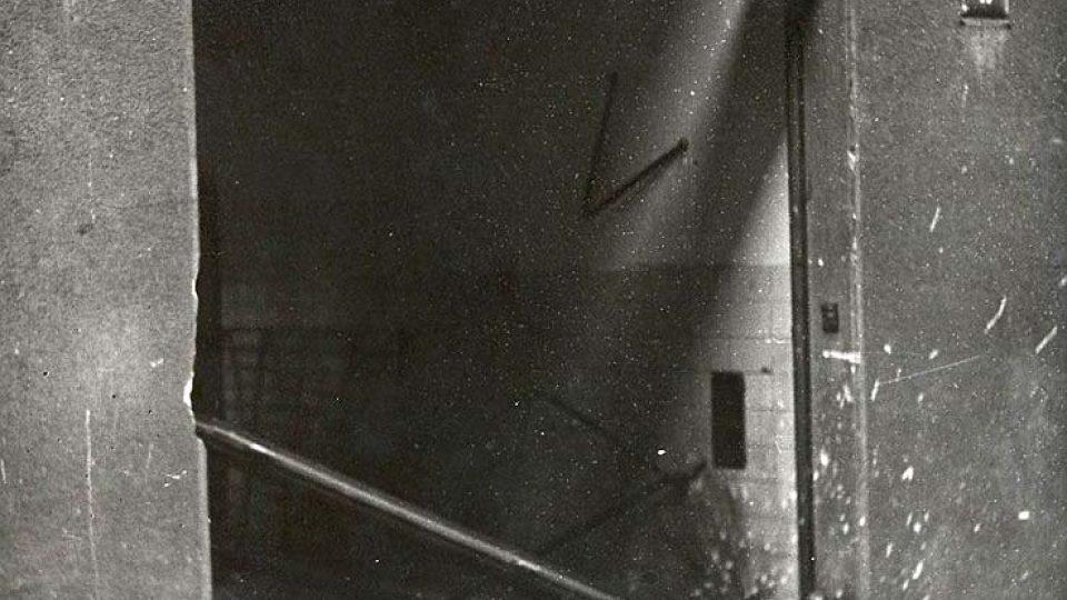 Mrtvý četník ve chodu do rozhlasové budovy z Balbínovy ulice