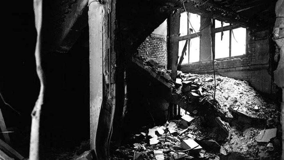 Schodiště uvnitř budovy rozhlasu po bombardování 6. května
