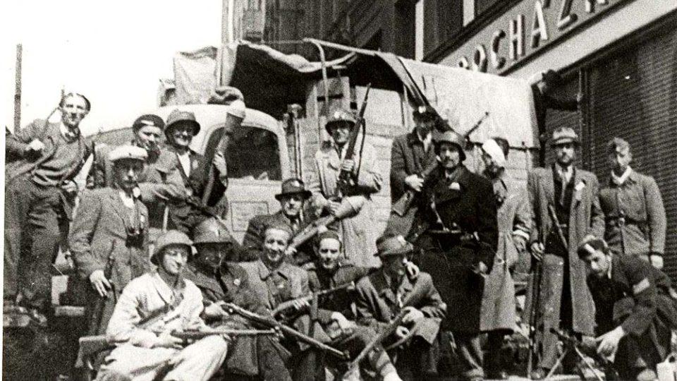 Obránci barikády se svými zbraněmí