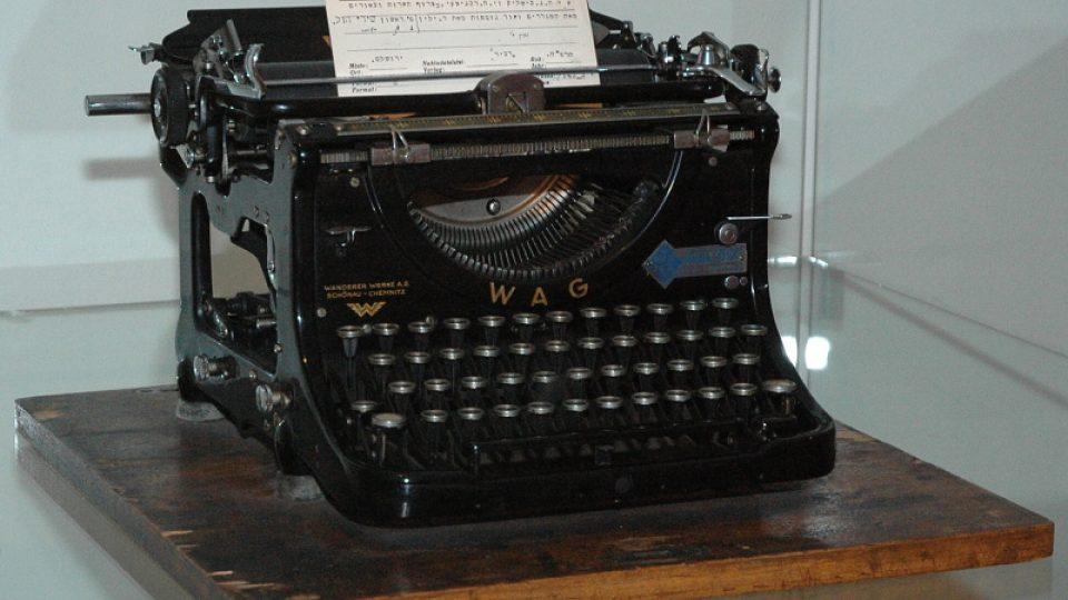 Psací stroj upravený pro psaní v hebrejštině, na kterém vyhotovavali katalogizační lístky ke knihám S. H. Lieben, T. Jakobovits, O. Muneles a další pracovníci knihovny Židovského muzea v Praze