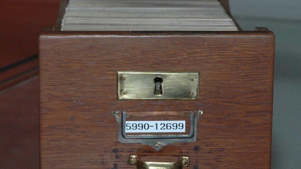 Zásuvka z lístkového katalogu knihovny Židovského muzea