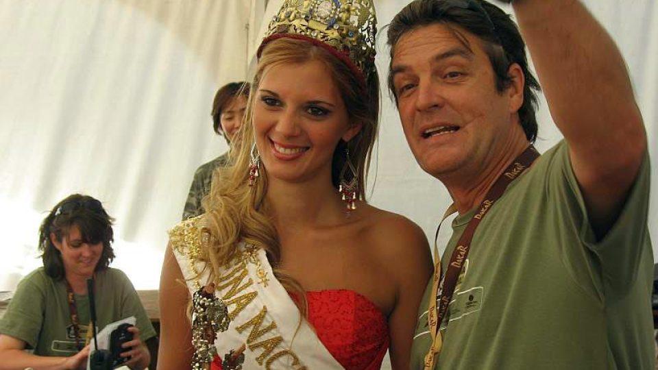 Argentinská miss při exkurzi v dakarském bivaku