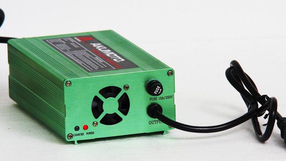 Nabíječka na dobíjení akumulátoru elektroskútru