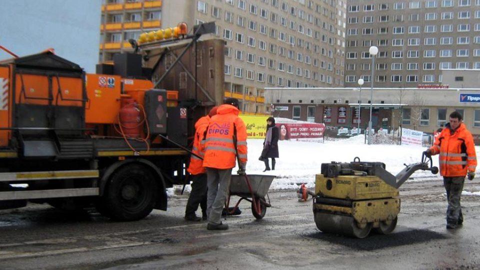 Stroj na opravu silnic Silkot a silničáři v akci