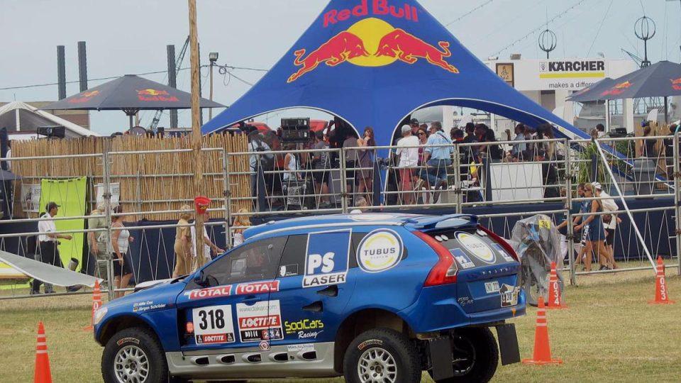 Alfie Cox pojede Dakar se závodním speciálem převlečeným za Volvo