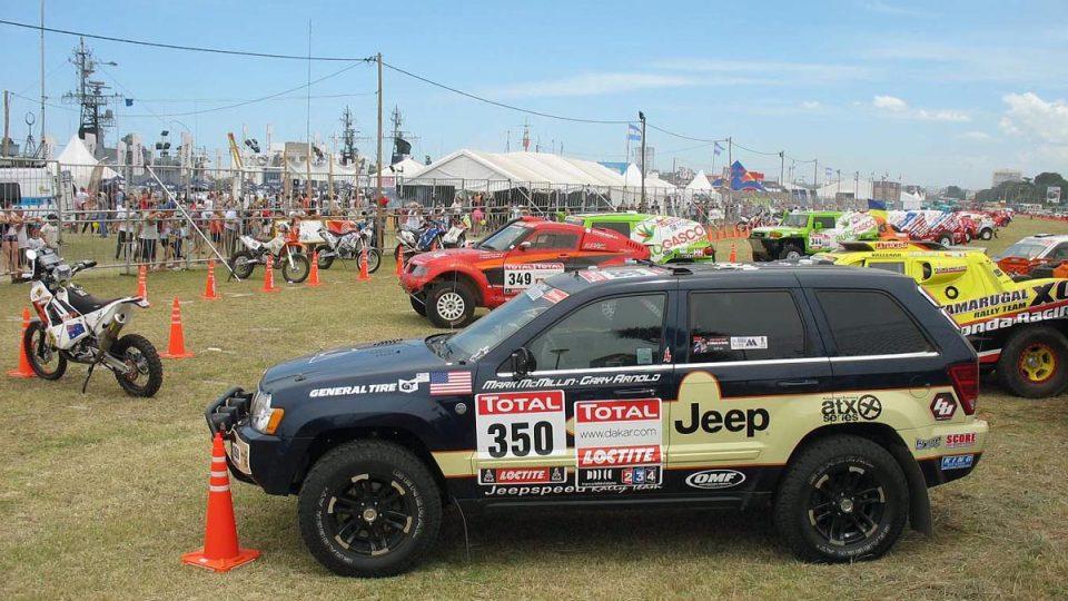 Může i tento velmi civilně vypadající Jeep zvládnout dakarské nástrahy?