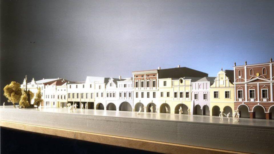 Návrh AP atelieru na dům v Litomyšli, 1994, model celkového kontextu (dům vlevo s obdélníkovým podloubím, před ním je skupina postav)
