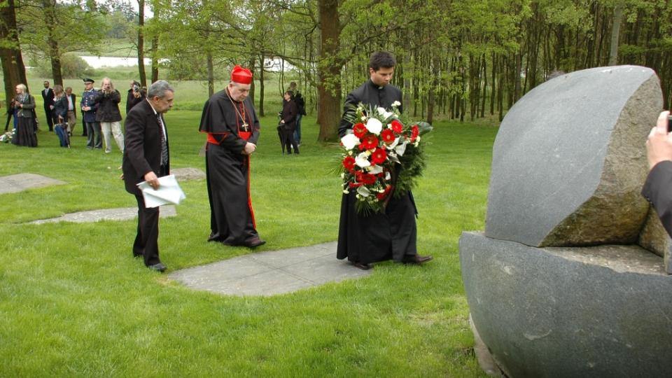 Stanislav Tišer, kardinál Domonik Duka a romský kněz Vojtěch Vágai přináší věnec k památníku v Letech u Písku