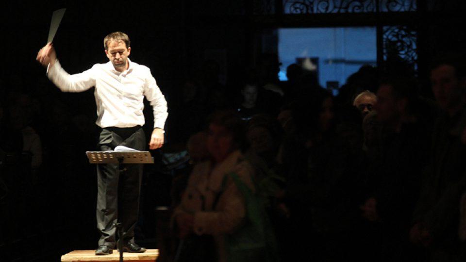 Dirigent Peter Vrábel při provedení prostorové kompozice Umírám láskou v podání orchestru Berg