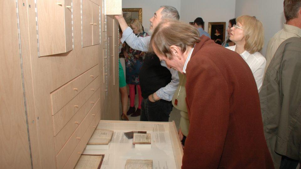 Návštěvníci výstavy Příběh pokračuje objevují zajímavé exponáty