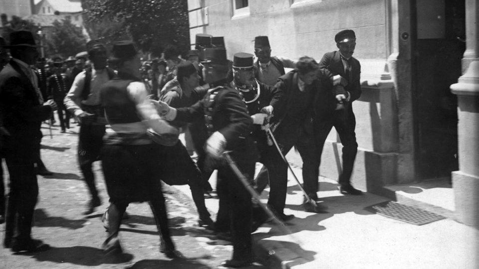 Fotografie bývá spojována se zatčením Gavrila Principa, ve skutečnosti je na ní nevinný přihlížející Ferdinand Behr, který bránil Principa před lynčováním