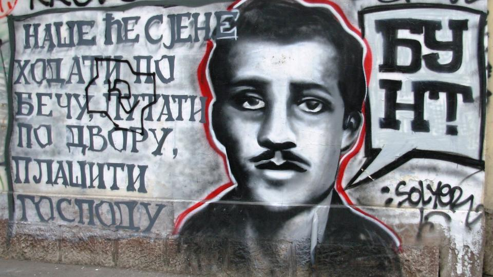 Graffiti s podobiznou Gavrila Principa na zdi u Bělehradu