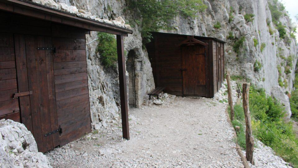 Rekonstruované vchody do kaveren na Sabotinu