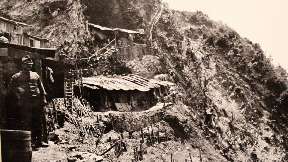 Autentický snímek z úbočí hor s krytými vchody do kaveren