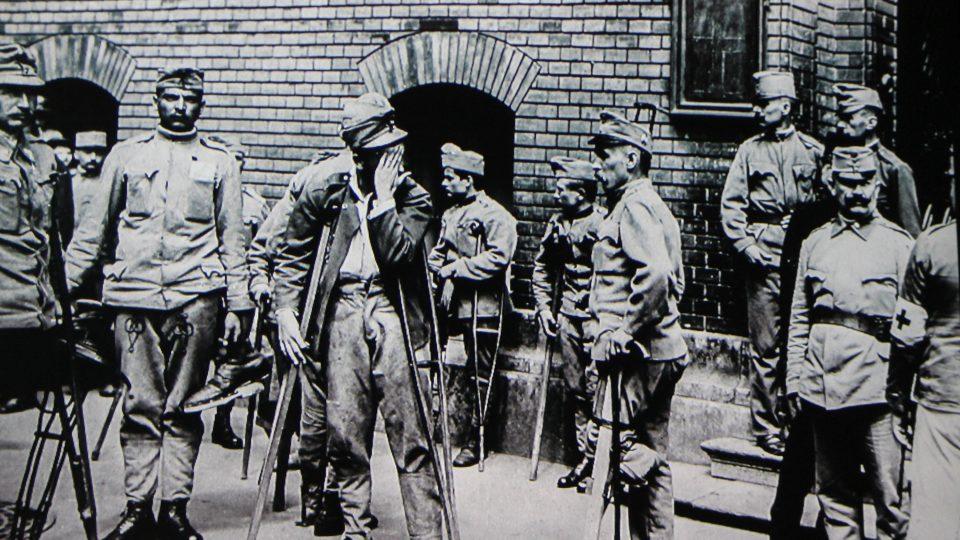 Zranění vojáci před nemocnicí