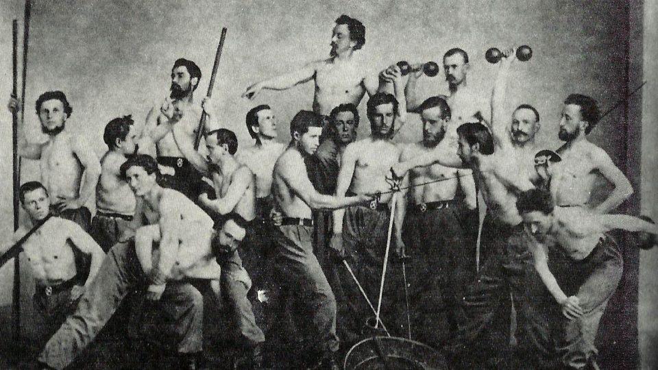 Miroslav Tyrš pózuje s bratry Sokoly
