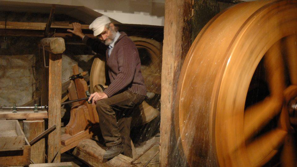 Blahoslav Lukavec předvádí mlýn