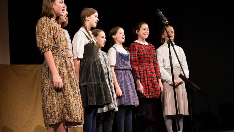 Divadelní hra Terezínské zvony vypráví o životě chlapců z terezínského domova Nešarim v době druhé světové války. Hrají studenti Gymnázia Přírodní škola