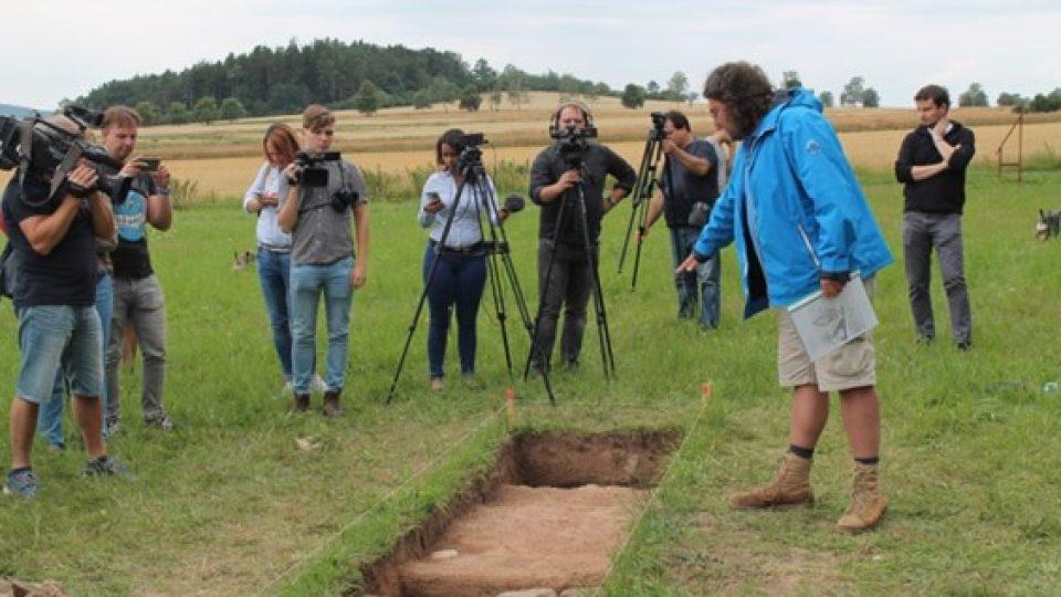 Archeolog Pavel Vařeka (v modrém) na místě nálezu