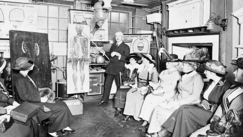 Dr. R. Murray vyučuje sestry Britského Červeného kříže v Institutu hygieny v Londýně (září 1914)