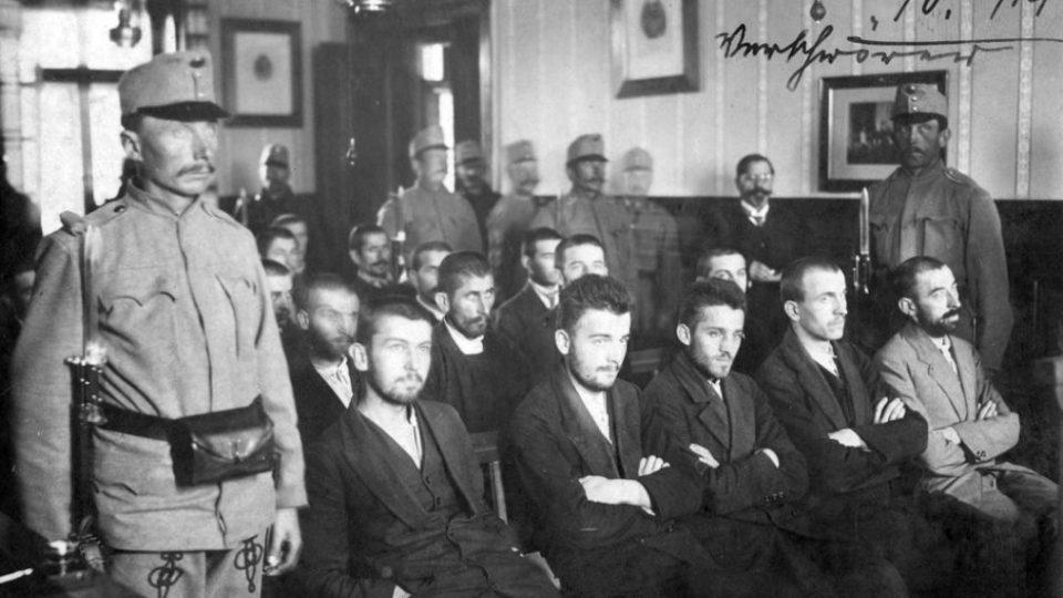 Soud se sarajevskými atentátníky, uprostřed sedí Gavrilo Princip