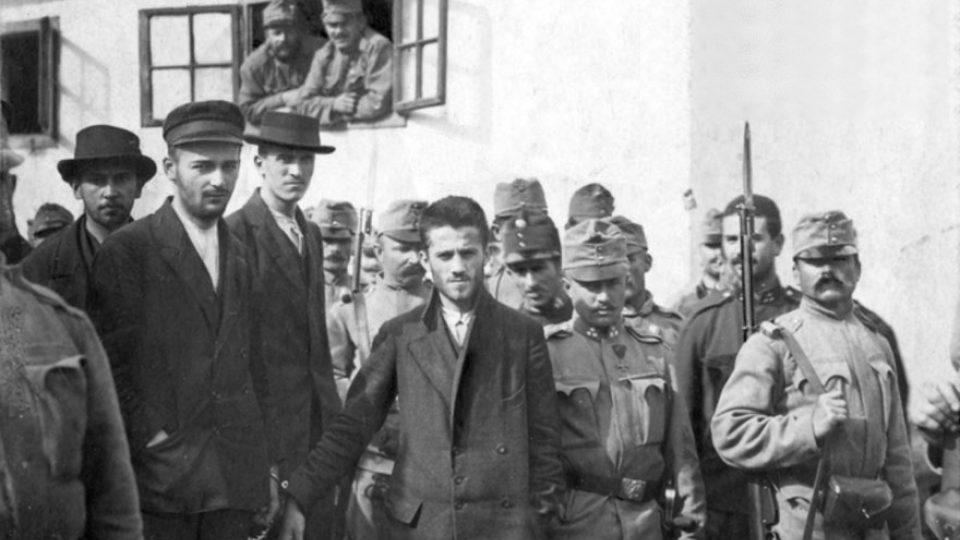 Stráž vede sarajevské atentátníky z vězení k soudu, uprostřed Gavrilo Princip